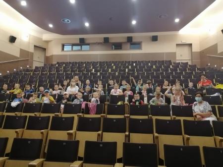 Wyjazd edukacyjny dzieci z oddziałów przedszkolnych do kina.